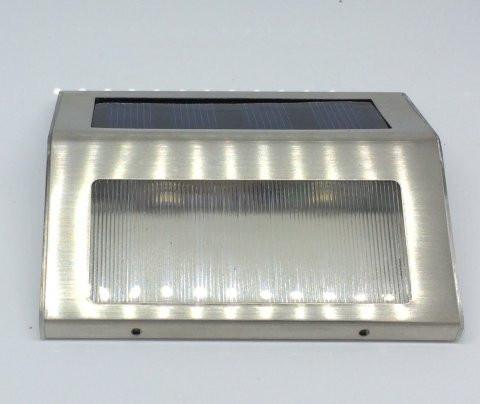 LED solcelle lampe i børstet stål og strømlinet design.